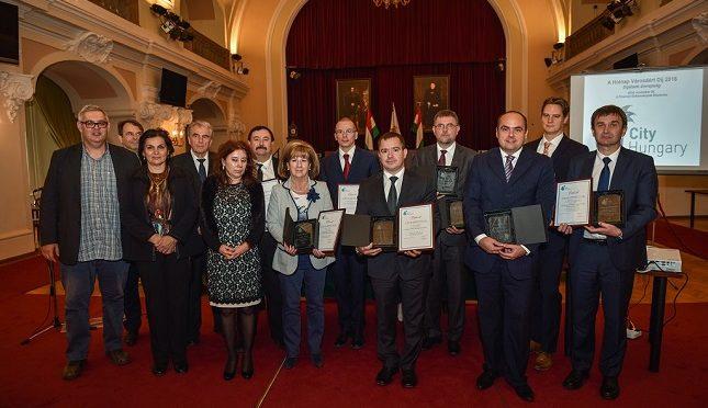 A Holnap városáért Díj 2016 nyertes pályázatainak képviselői a Bíráló Bizottság tagjaival