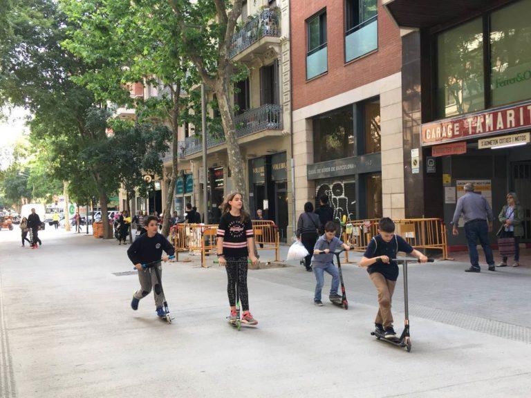 Gyerekek robogóval Barcelonában