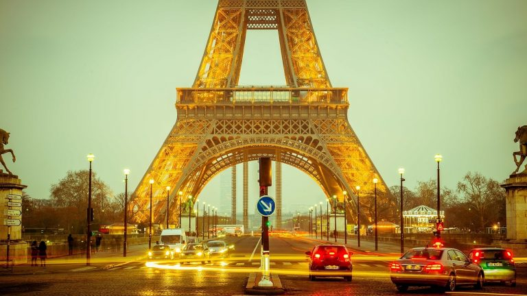 Golyóálló üveget kap az Eiffel-torony